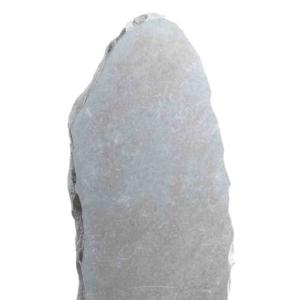 Une stèle retaillée pierre irrégulière gris clair