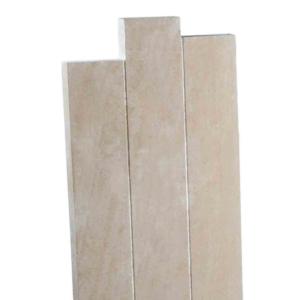Une stèle en pierre décalée ocre