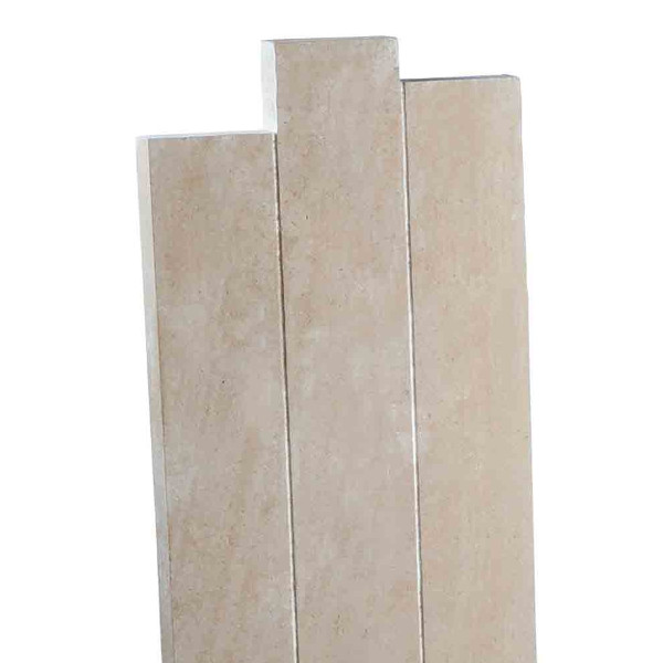 Stèle pierre décalée, ocre