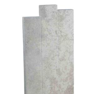 Une stèle en pierre décalée gris clair