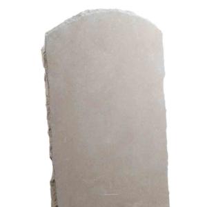 Une stèle en pierre arrondie ocre