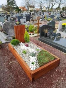 Un monument funéraire en bois