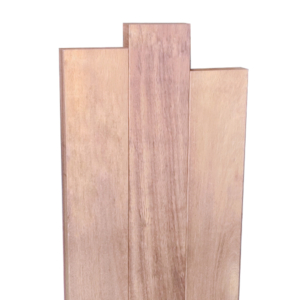 Une stèle en bois décalée