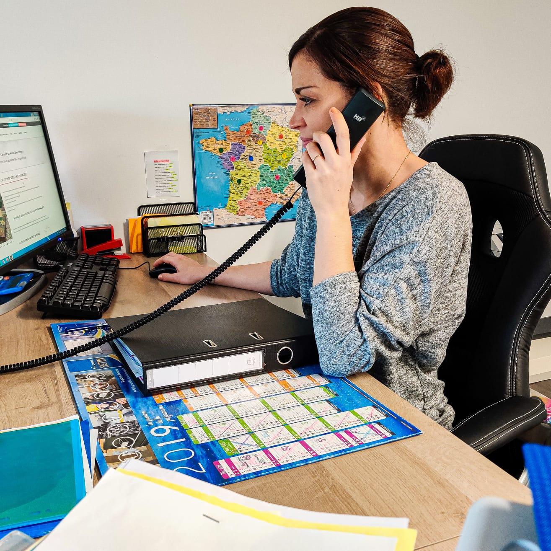 Alexandra, conseillère Infiniflore en train de travailler dans son bureau