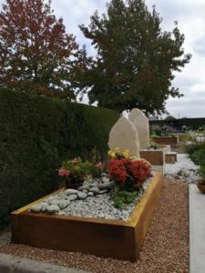 Un monument funéraire paysager fleuri