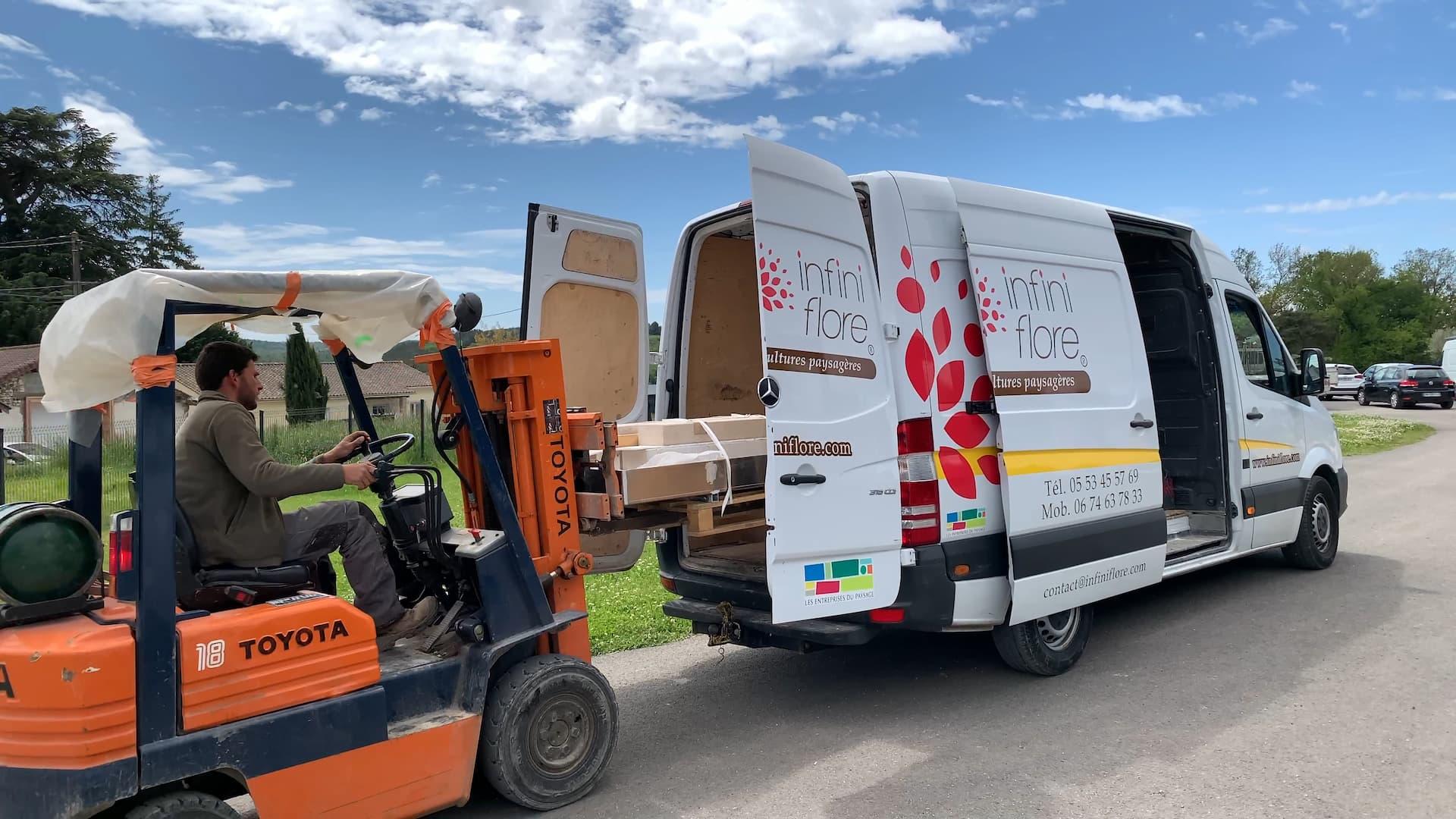 Un camion Infiniflore en train d'être chargé