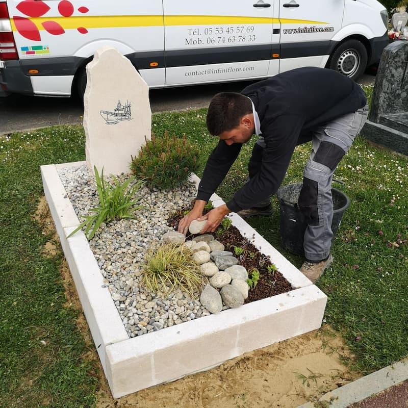 Clément qui réalise une tombe paysagère
